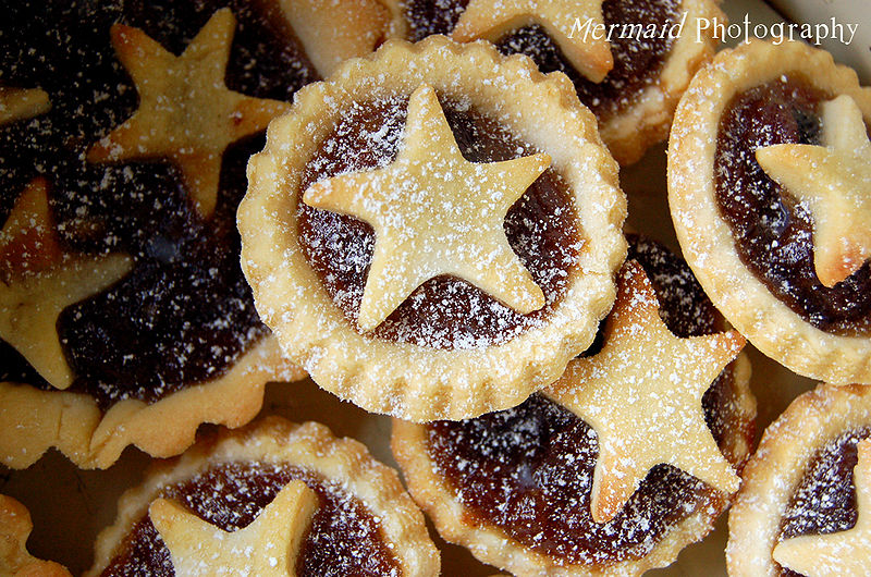 File:Many mince pies with star decoration dusted with confectioner's sugar.jpg