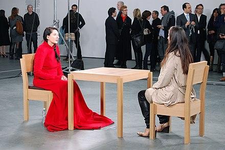 «The Artist is Present» (l'artiste est présente), une performance de Marina Abramović pour explorer les relations complexes entre une artiste et le public, au Museum of Modern Art en mai 2010.