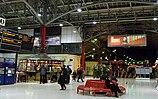 Marylebone Station in der Nacht, mit roten Bänken und leuchtenden Abflugtafeln.