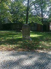 Ansicht des Miedingsteins mit Goethe-Vers (Quelle: Wikimedia)