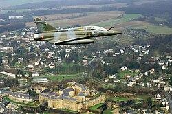 Un «Mirage» de l'escadron de chasse des Ardennes au-dessus du château de Sedan.