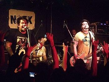 NOFX in concerto a Taipei (in primo piano il chitarrista El Hefe ed il cantante e bassista Fat Mike)