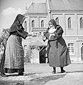 Nonnen geven elkaar stenen door, Bestanddeelnr 191-1160.jpg