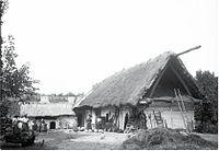Notranje dvorišče s slamo krite dobrovniške hiša iz leta 1904.jpg