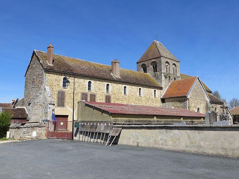 Église Saint-Didier et mairie. Celle-ci occupe l'ancienne nef de l'église.