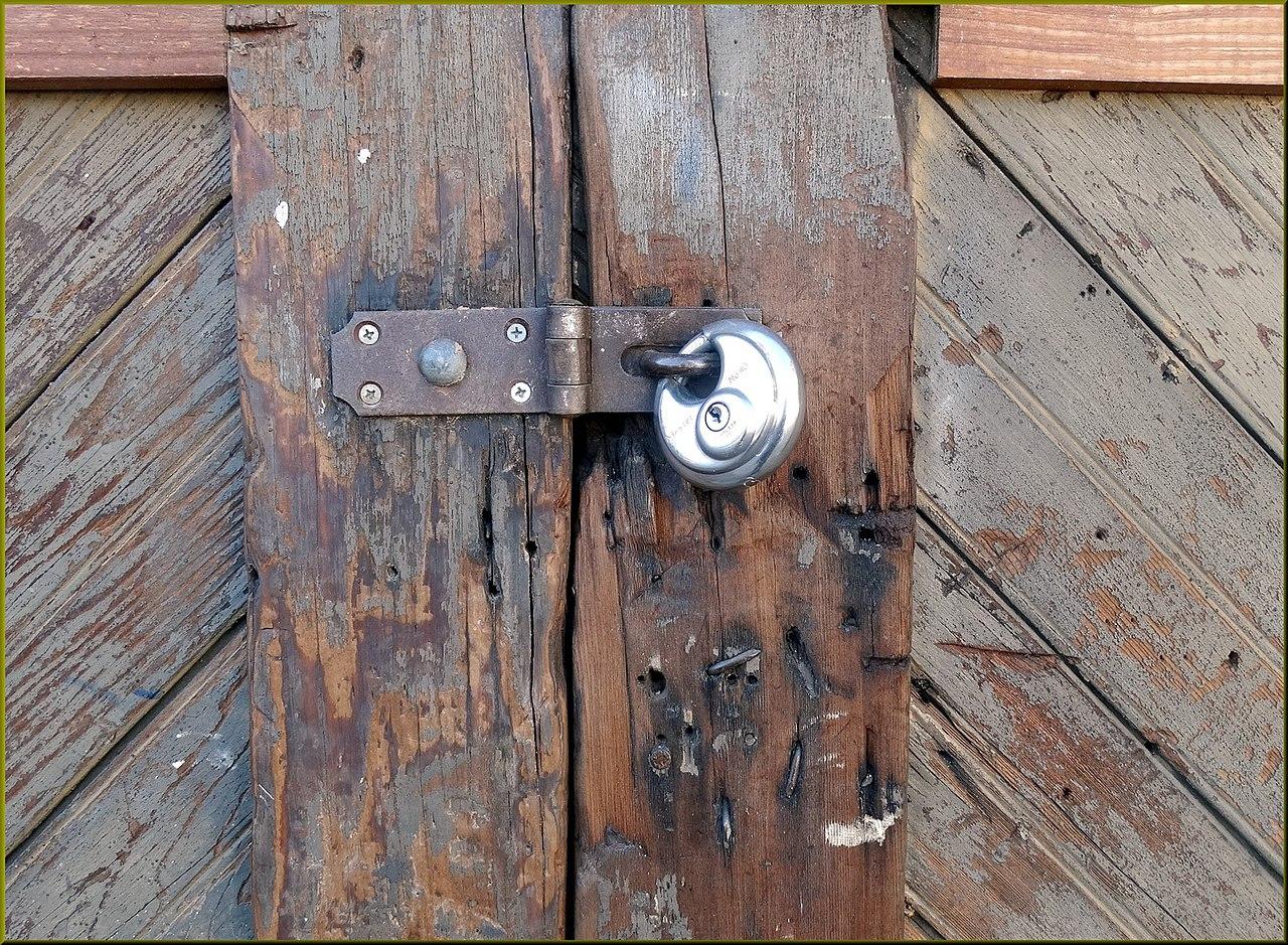 File:Padlocked Redlands Alleys 10-27-13t (11275056576).jpg & File:Padlocked Redlands Alleys 10-27-13t (11275056576).jpg ... Pezcame.Com