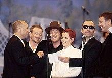 The Edge (secondo da destra) al Pavarotti & Friends 1995 a Modena