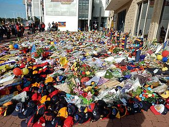 Phil Walsh (Australian footballer) - Fans leave tributes to Walsh at the Adelaide Football Club's headquarters.