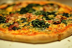 Pizza med gorgonzola, spinat og bacon, March 2010.jpg