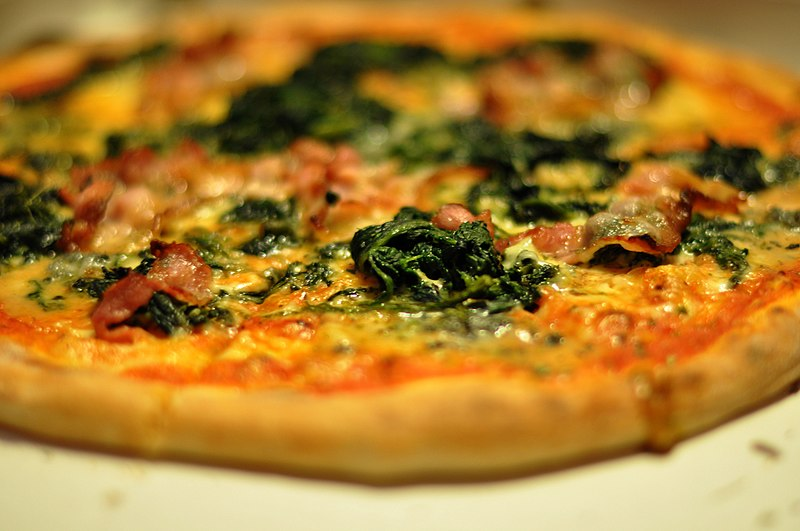File:Pizza med gorgonzola, spinat og bacon, March 2010.jpg
