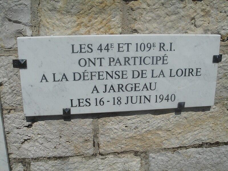 JARGEAU, Les combats des 15, 16 et 18 Juin 1940 800px-Plaque_comm%C3%A9morative_2nde_guerre_mondiale_Jargeau_2