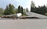 Pomnik ofiar katastrofy smoleńskiej na Cmentarzu Wojskowym na Powązkach w Warszawie 2017.jpg