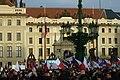 Praha, Hradčanské náměstí, protiuprchlická demonstrace, lidé.jpg