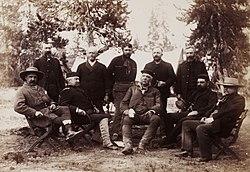 Um grupo de homens sentados em uma floresta