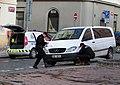 Prokopovo náměstí, městská policie nasazuje botičku.jpg