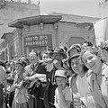 Publiek, waaronder een man die op een sjofar (ramshoorn) blaast, bij de militair, Bestanddeelnr 255-1009.jpg