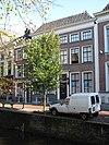 foto van Twee panden, elk van parterre en twee verdiepingen; samengetrokken achter een lijstgevel en onder een dwars schilddak tot een huis van vijf vensterassen