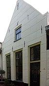 foto van Huis met gepleisterd puntgeveltje, parterre met zolderverdieping