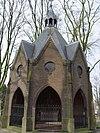 foto van Octogonale kapel onder een achthoekig met leien gedekt tentdak met acht steekkapjes