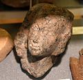 Red granite head and neck of a statue. Probably a queen (Nefertiti) or a royal princess. Reign of Akhenaten. From Amarna, Egypt. The Petrie Museum of Egyptian Archaeology, London.jpg