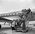 Reizigers verlaten via de trap het KLM passagiersvliegtuig de Convair C-240-4 me, Bestanddeelnr 252-1239.jpg