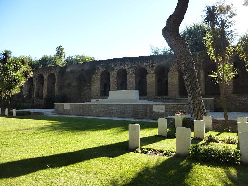 Rome War Cemetery - altare e mura P1060054.JPG