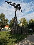 Sárkányrepülő Ikarosz szobra több méter magas zalahalápi bazalt talapzaton, 2018 Győr.jpg