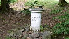 """Gedenkstein für Naumann im Seifersdorfer Tal mit der Inschrift: """"Dem Sänger des Thales. Naumann."""" (Quelle: Wikimedia)"""