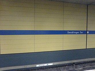 Sendlinger Tor (Munich U-Bahn) - Image: Sendlinger Tor Bahnsteig U3 und U6 Wand