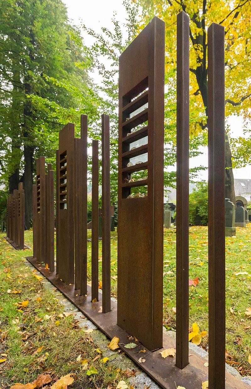 Sieben eiserne Stehlen, Jüdischer Friedhof Görlitz.jpg