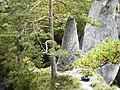 Skalné útvary nad vodopádom - panoramio.jpg