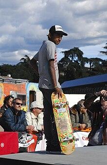 Skateboarder durante una pausa riflessiva.
