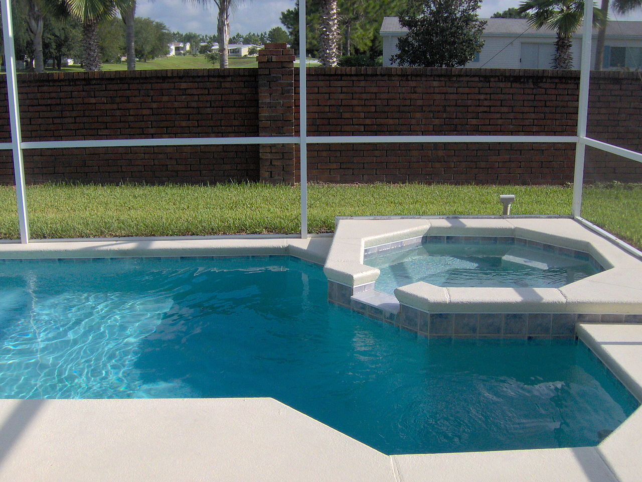 File small pool with small jacuzzi jpg wikimedia commons for Jacuzzi enterre exterieur