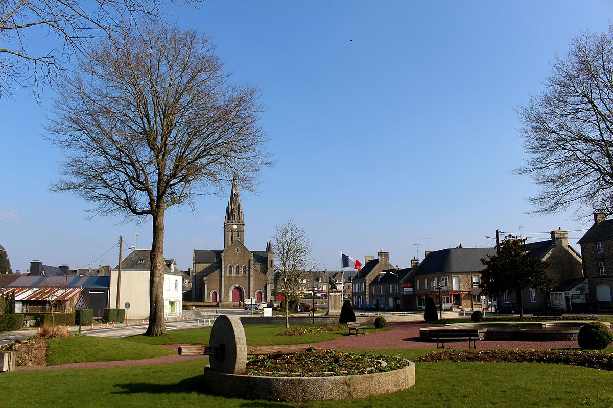 Vue sur le bourg et son église Saint-Martin