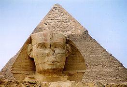 sculpture monumentale en forme de visage humain