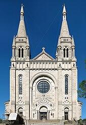 Photographie de la façade de la cathédrale Saint-Joseph de Sioux Falls.