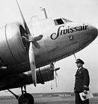 Swissair-Flugkapitän Ernst Nyffenegger vor einer Douglas DC-3 in Dübendorf.jpg