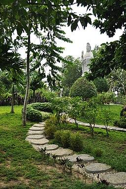 Tượng Bồ Tát Quán Thế Âm trong vườn Bồ Tát Thiền Viện Trúc Lâm Trí Đức