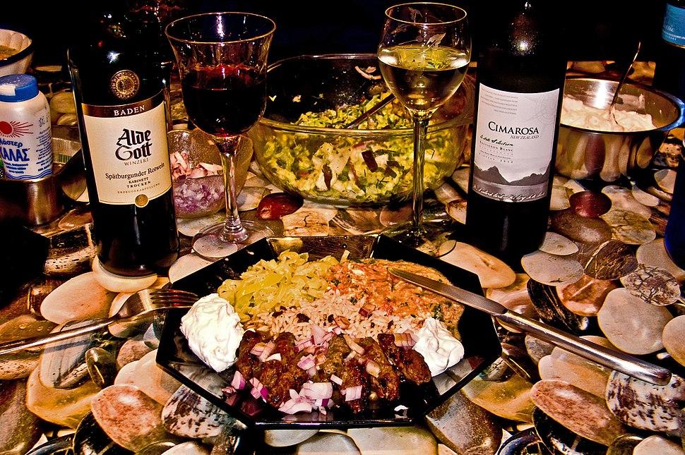 Teller mit Cevapcici, Rotwein und Weißwein