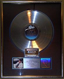 Il primo disco di platino vinto da Thriller negli Stati Uniti all'Hard Rock Café di Hollywood