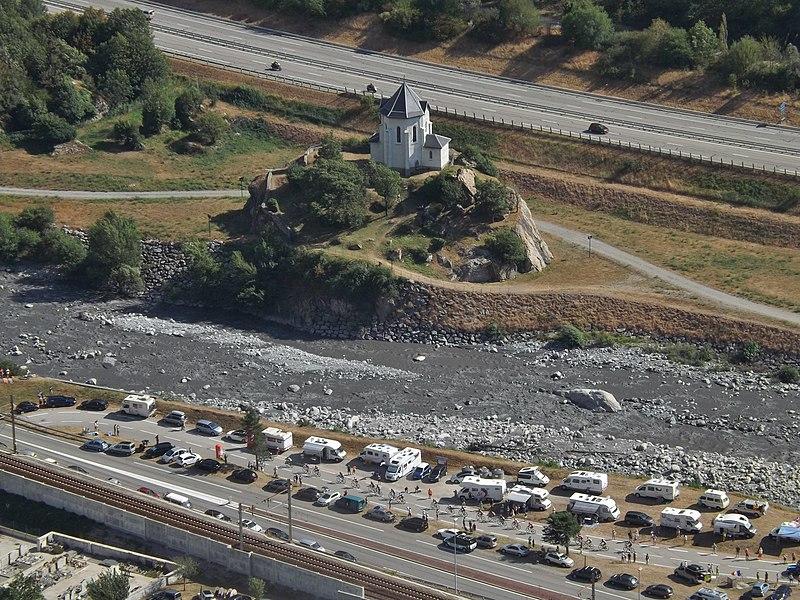 File:Tour de France, Arc et chapelle, Pontamafrey (2015).JPG