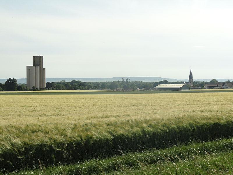 Vue de Tours-sur-Marne (dont le silo et l'église) depuis l'est de la ville.