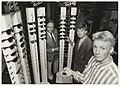 Uitvinder van de brillenkluis Chris Tegel met zijn zonen Omar en Wigard bij de brillenkluizen in zijn optiekzaak. NL-HlmNHA 54020764.JPG