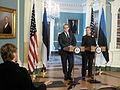 Välisminister Urmas Paet kohtus USA riigisekretäri Hillary Clintoniga (5374930946).jpg