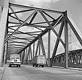 Vrachtwagens op de Waalbrug bij Zaltbommel, Bestanddeelnr 252-0139.jpg