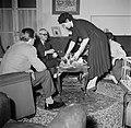 Vrouw tijdens het koffie schenken voor de visite in de salon, Bestanddeelnr 252-9374.jpg