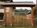 Współczesna drewniana brama (region Maramuresz). Modern wooden gate (Maramureş County).tif