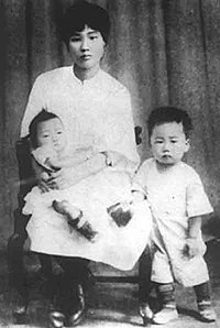 YangKaiHui and her son.jpg
