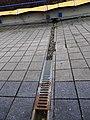 Černý Most, chodník na estakádě metra, kanálky (04).jpg