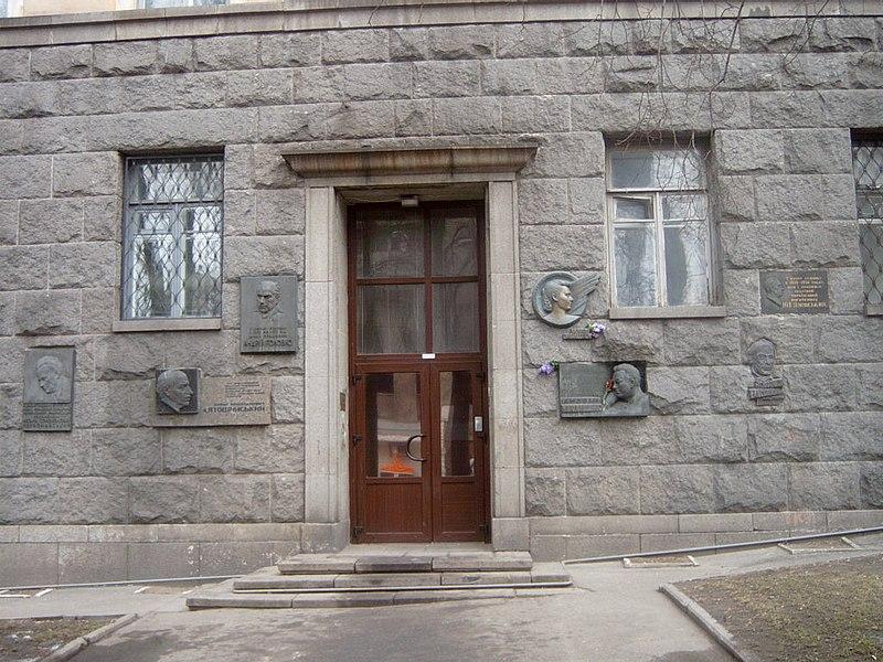 File:Вхід до будинку РОЛіт.JPG